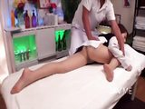 Japanese babe gets a erotic massage